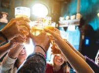 乾杯でグラスをぶつける理由と由来に関する雑学
