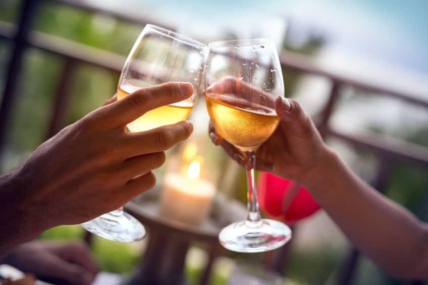 悪魔は乾杯の音が嫌い?宗教的儀式として行われていた乾杯というトリビア