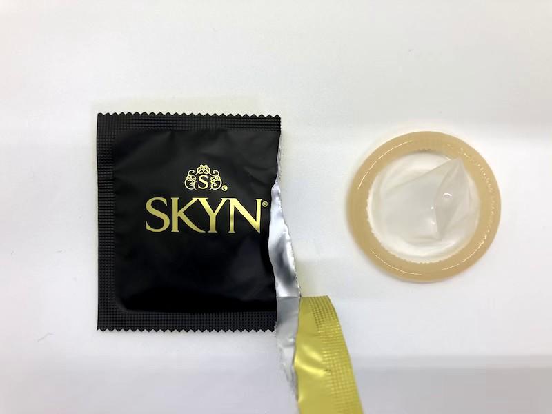 「SKYN(スキン)・Lサイズ」をコンドーム袋から出したところ