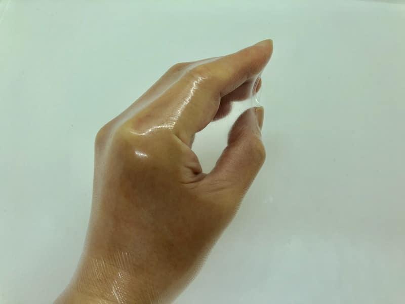 「オカモトゼロワン 0.01ミリ Lサイズ」の伸縮性チェック
