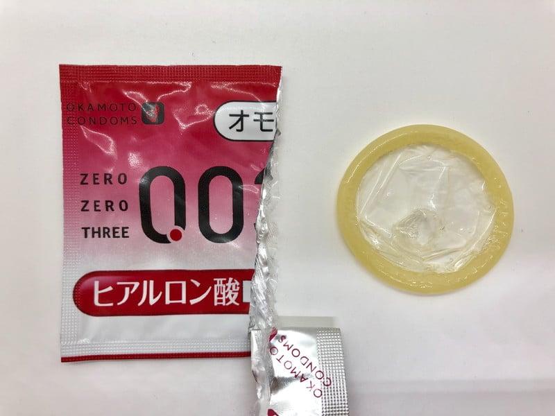 「オカモトゼロゼロスリー 0.03ミリ ヒアルロン酸」をコンドーム袋から出したところ
