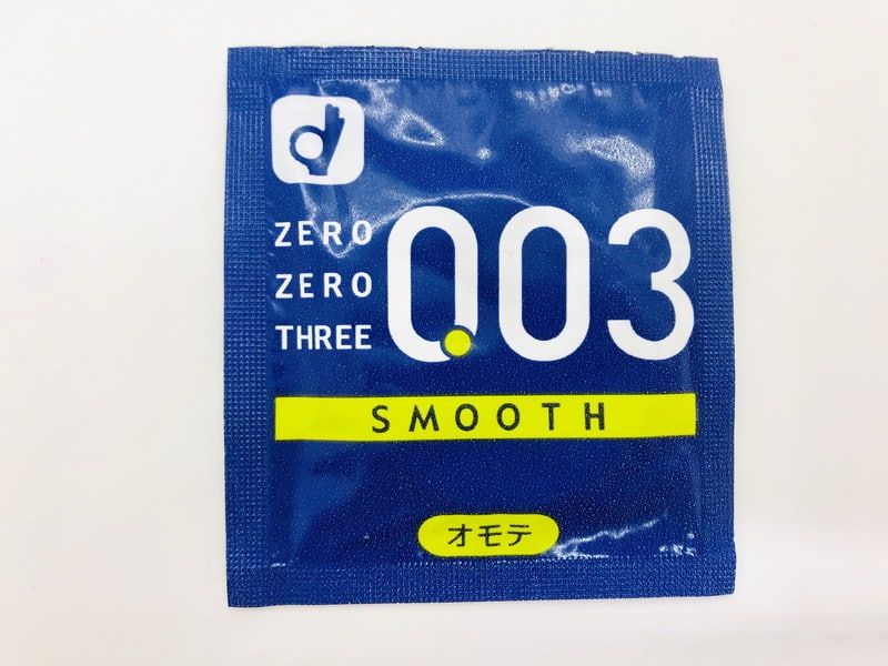 「オカモトゼロゼロスリー 0.03ミリ スムース」のコンドーム袋(表)