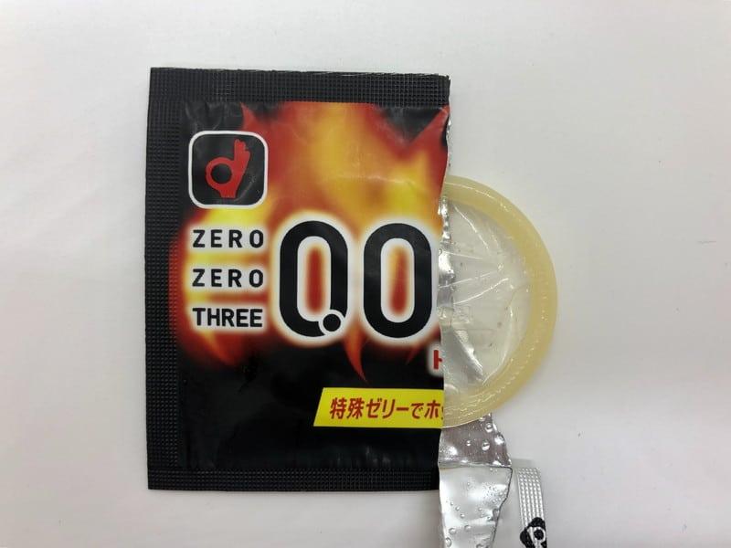 「オカモトゼロゼロスリー 0.03ミリ ホット」がコンドーム袋から出てきたところ