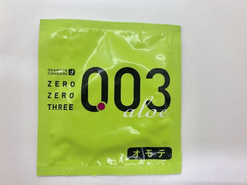 「オカモトゼロゼロスリー 0.03ミリ アロエ」のコンドーム袋(表)