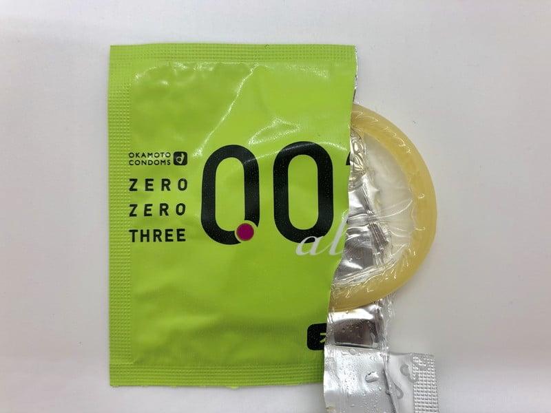 「オカモトゼロゼロスリー 0.03ミリ アロエ」がコンドーム袋から出てきたところ