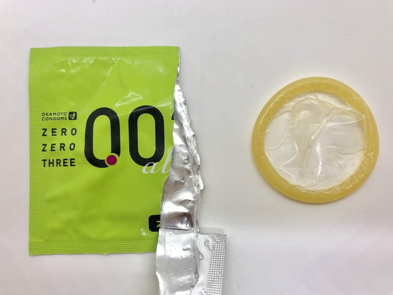 「オカモトゼロゼロスリー 0.03ミリ アロエ」をコンドーム袋から出したところ