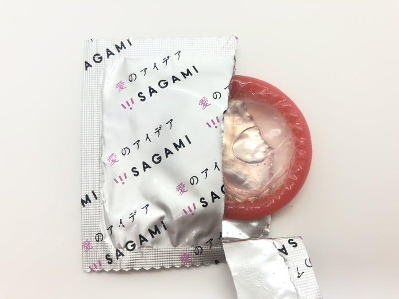 「HOT KISS(ホットキス)」がコンドーム袋から出てきたところ