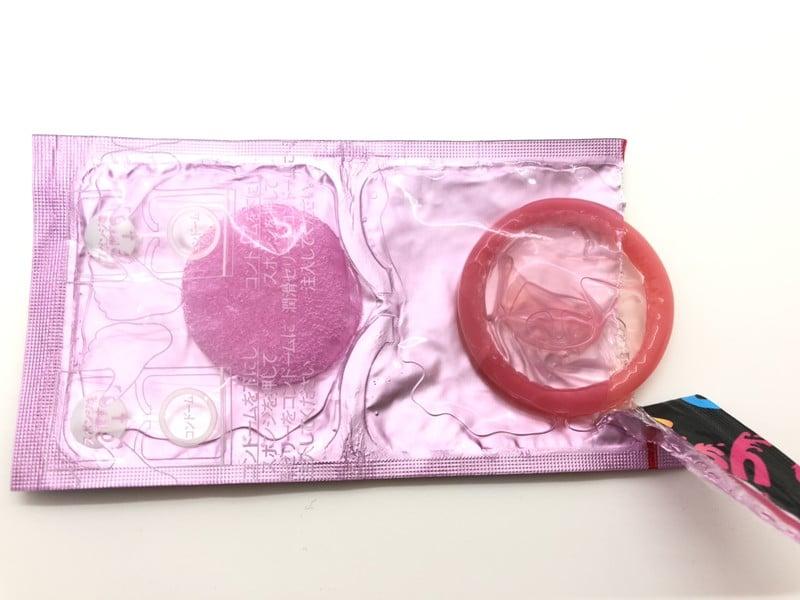 「サガミ ジェリープッシュ」がコンドーム袋から出てきたところ