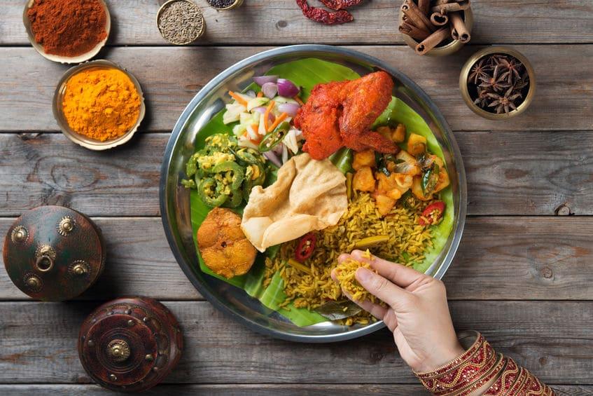 ②インド・中東やアフリカの一部地域:食べ物を左手で食べてはいけないというトリビア
