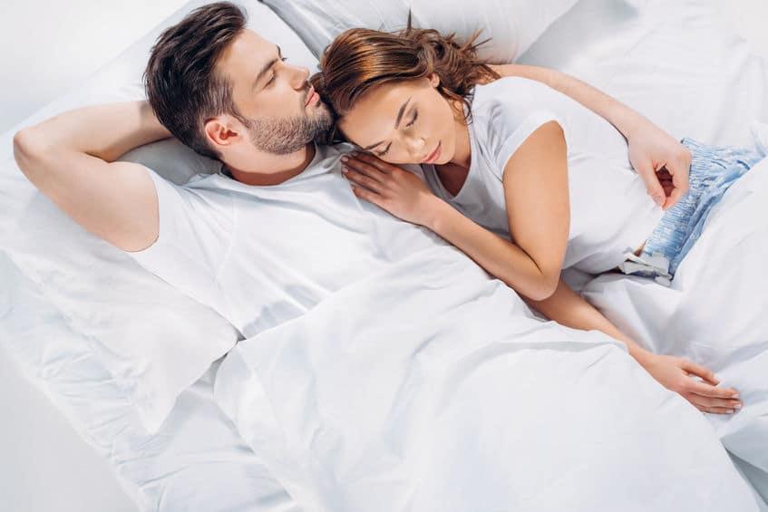 土曜の夜…恋人の腕枕で発症?「サタデーナイト症候群」についてのトリビア