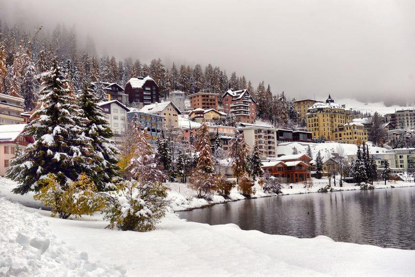 スイスの「サンモリッツ競馬場」は凍った湖の上にあるという雑学