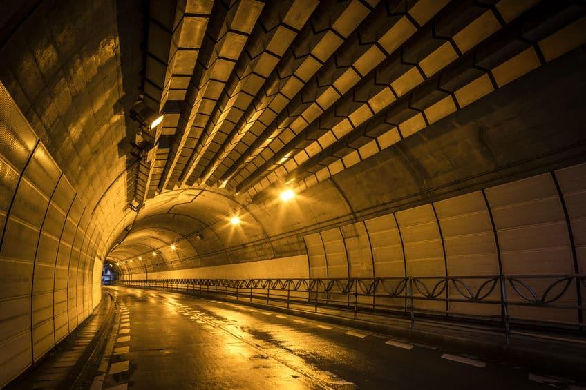 トンネルのオレンジ色の照明には合理的な理由があったというトリビア