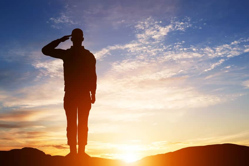 軍隊で兵士が敬礼する理由に関する雑学
