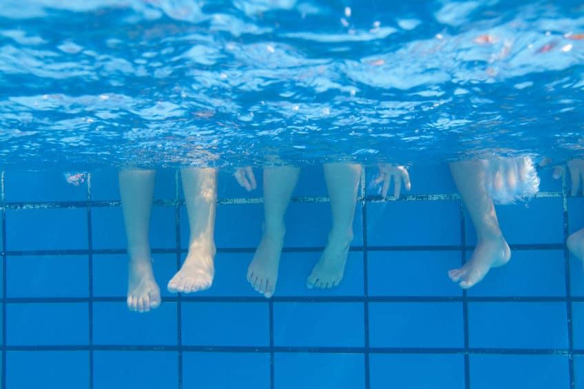 お盆の時期は海水温度が下がることで足がつりやすくなるという雑学
