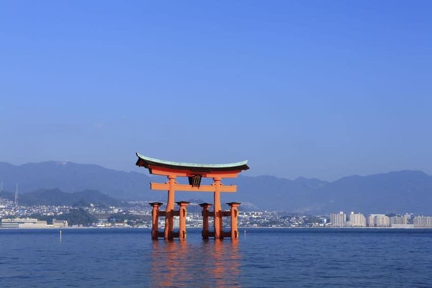 海や湖に鳥居がある神社は日本各地に存在するという雑学