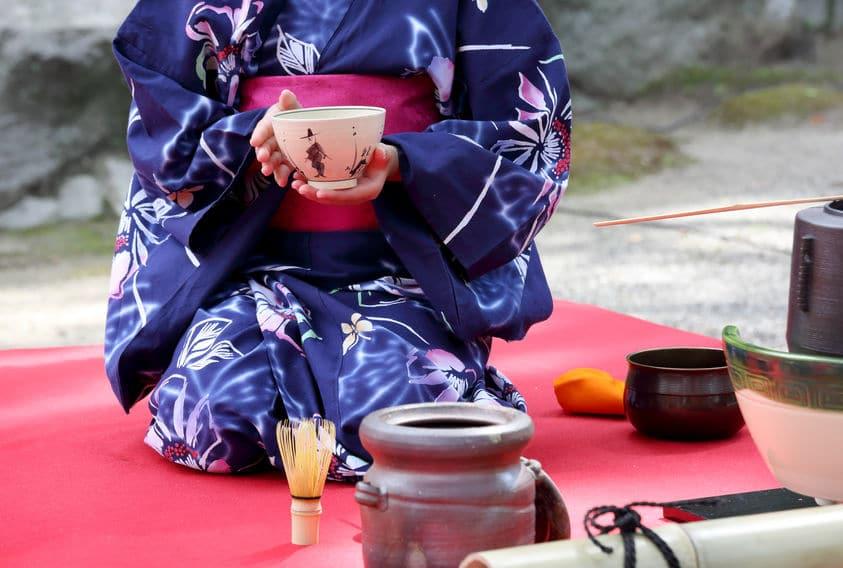 茶道で茶碗を回すのは謙虚の意味が込められているからというトリビア