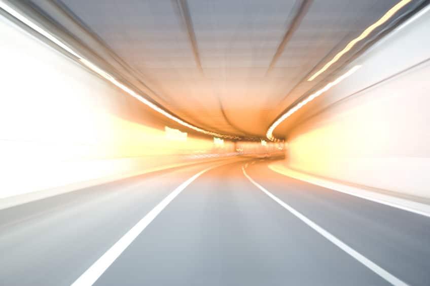 トンネルは内部よりも入り口の照明の方が明るいというトリビア