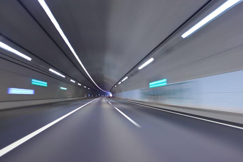 トンネルの照明はオレンジ色以外も増えているというトリビア