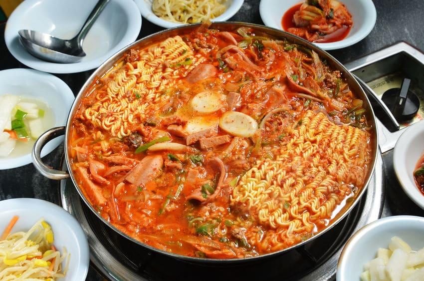 韓国では、食事のときにお茶碗を持ち上げてはいけない。というトリビア
