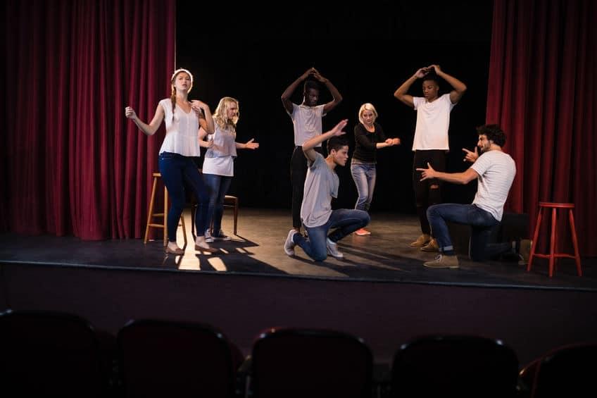 声優養成所で舞台演技は必要?